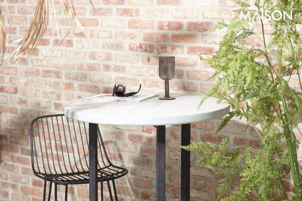 Lado intemporal para esta silla, con un diseño sobrio, ideal para el uso en casa o al aire libre