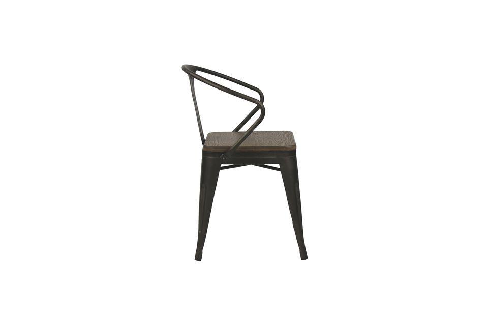 Con su marco de metal negro y su asiento de bambú