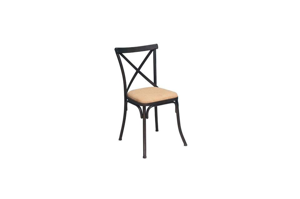 Esta bonita silla de estilo antiguo tiene un marco de hierro lacado negro antiguo para subrayar el