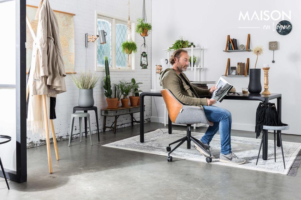 Una refinada silla de oficina con un look vintage