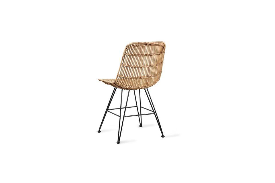El asiento y el respaldo de esta silla están hechos de ratán natural