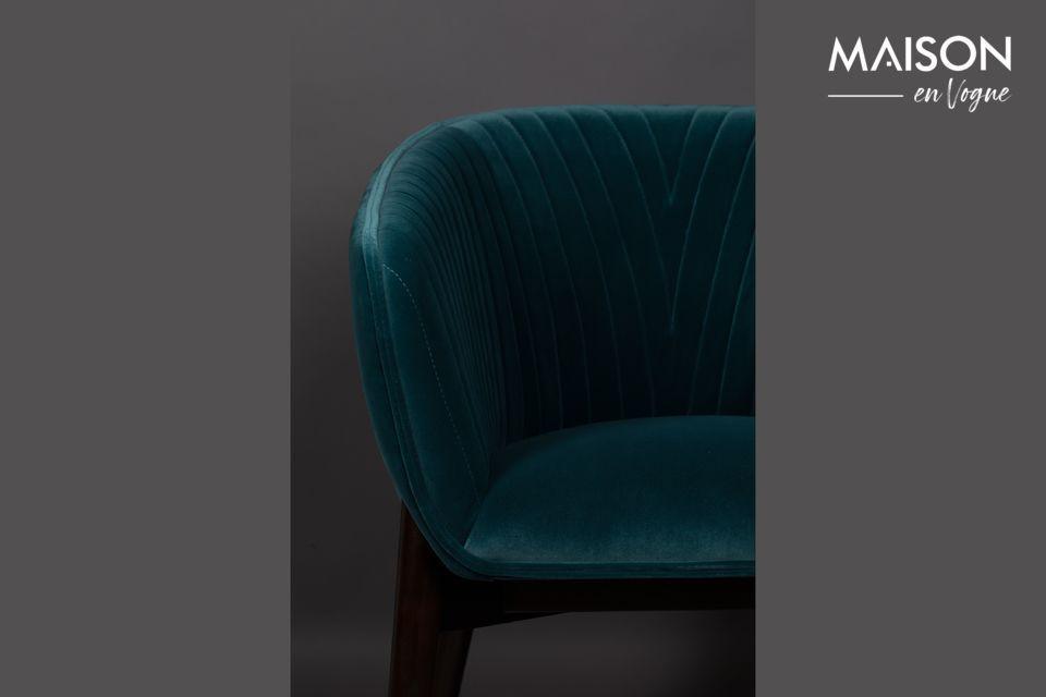 Este color brillante, junto con un asiento amplio y envolvente, afirma su estilo art decó