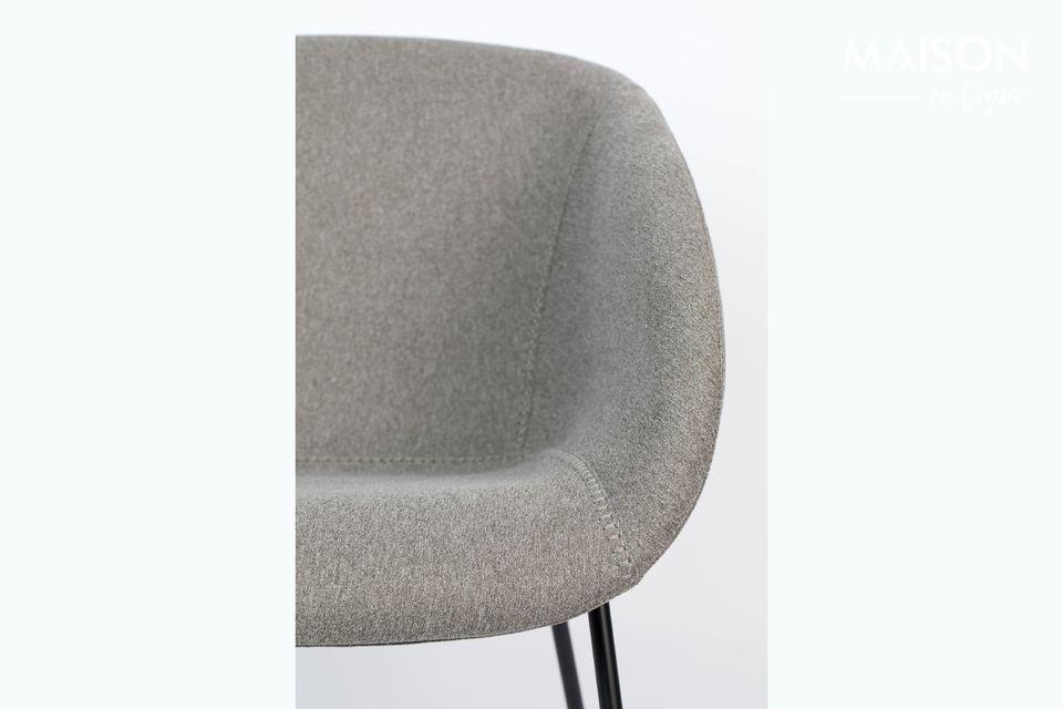 Con sus líneas limpias, equipadas con reposabrazos, es una silla elegante