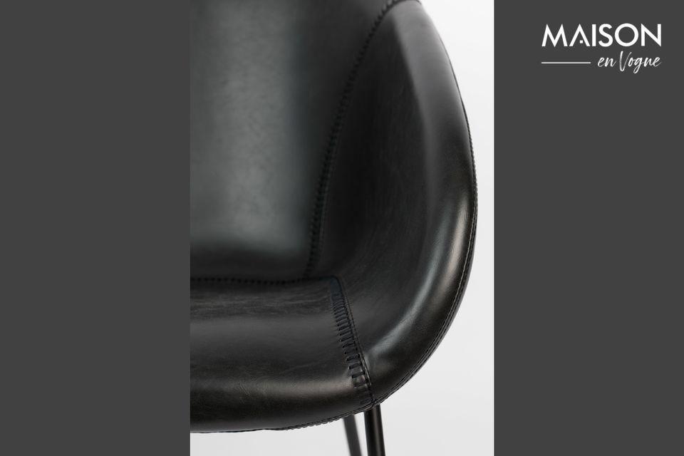 Su suave asiento con su arquitectura envolvente está decorado con costuras que imitan un guante de