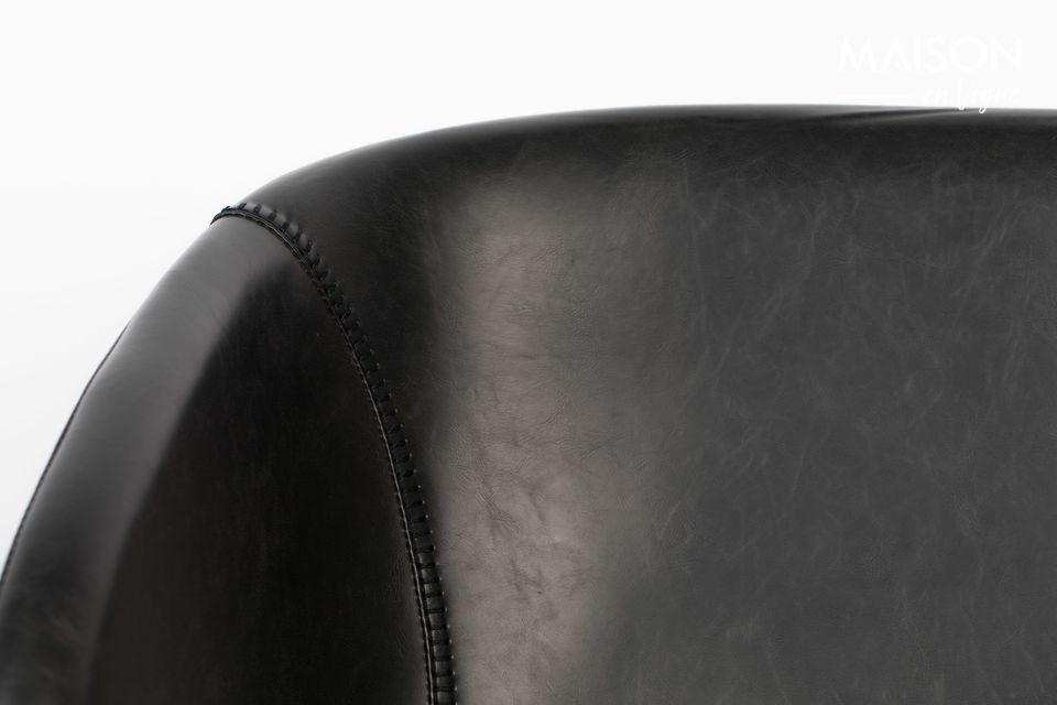 Esta confortable silla está soportada por un marco de acero que corre a ambos lados de la