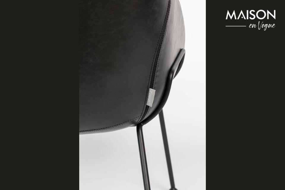 Cuatro patas cónicas terminan con extremos redondeados en un estilo increíblemente moderno