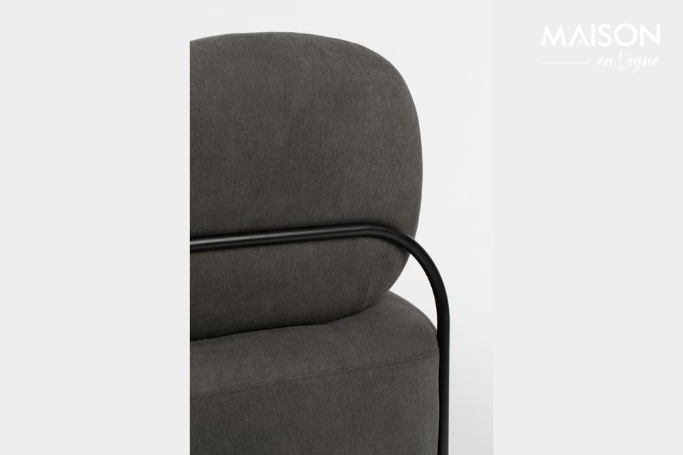 Este sillón Polly gris de White Label Living tiene un perfil ligeramente curvado que subraya su