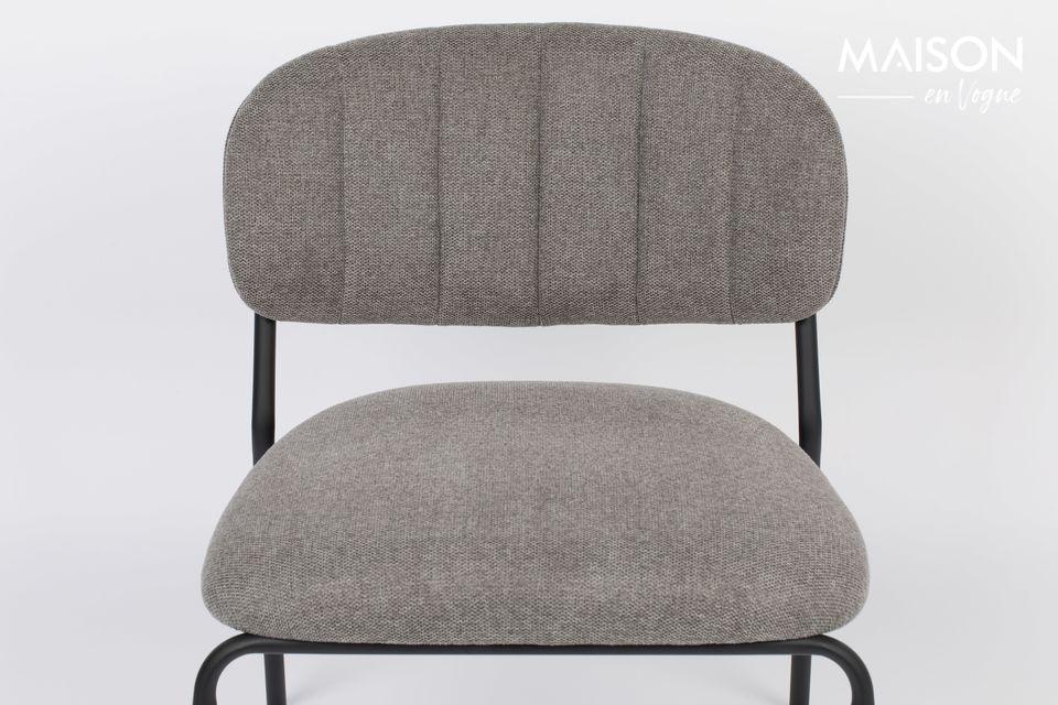 Un sillón de etiqueta blanca viviendo con sobriedad pero con una comodidad irreprochableEsta