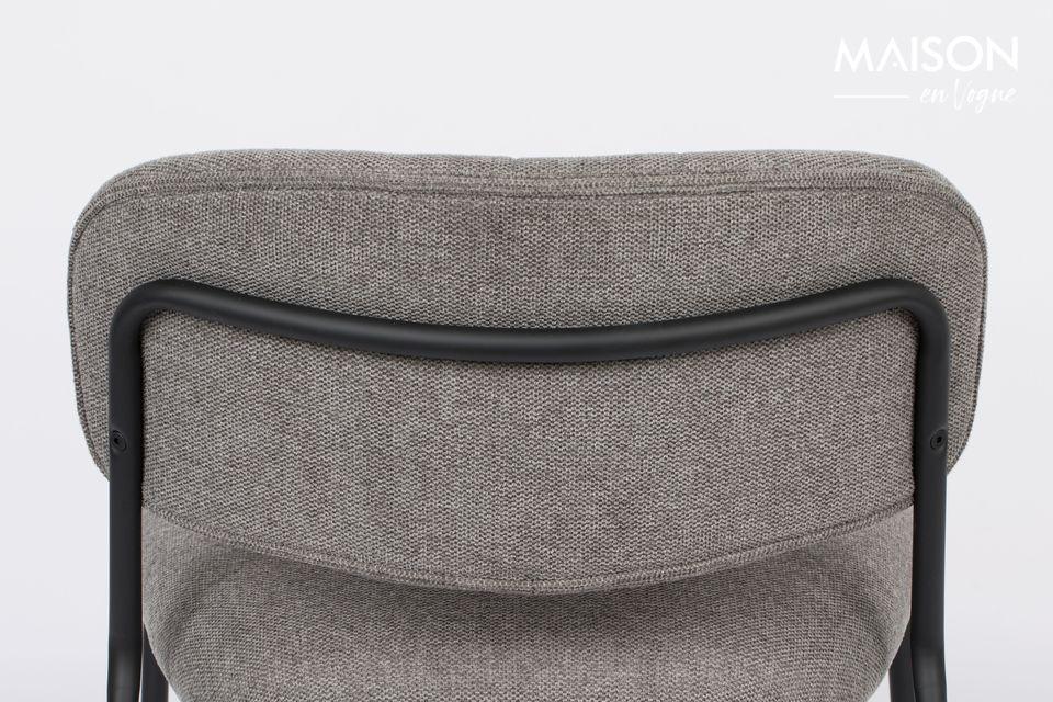 El respaldo y el asiento son de madera contrachapada cubierta con espuma de poliuretano gris