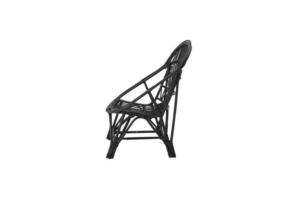 Con un respaldo de diseño y un asiento de ratán tejido
