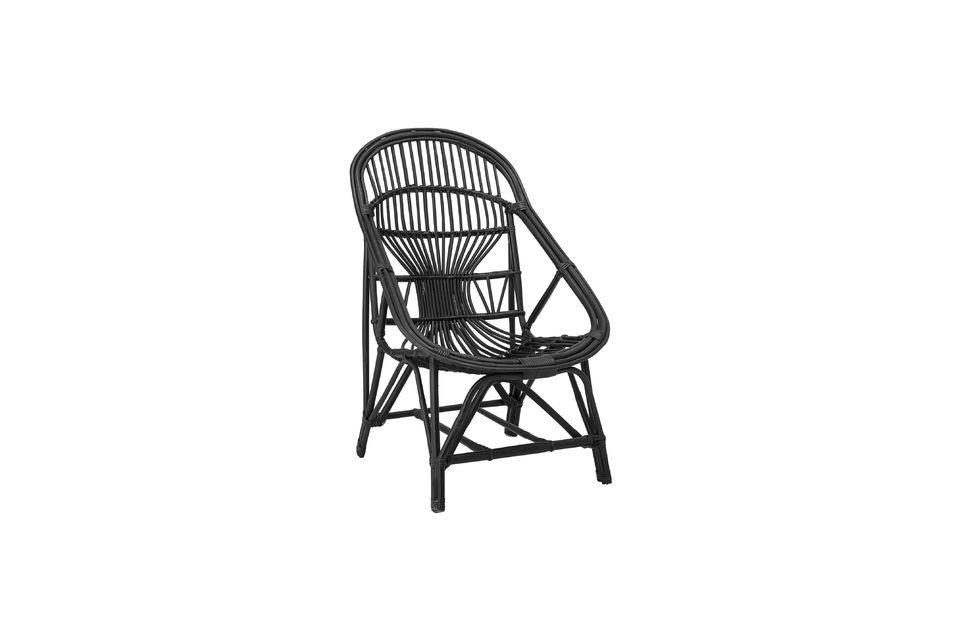 Este sillón de salón combina la elegancia del color negro con la originalidad natural de un