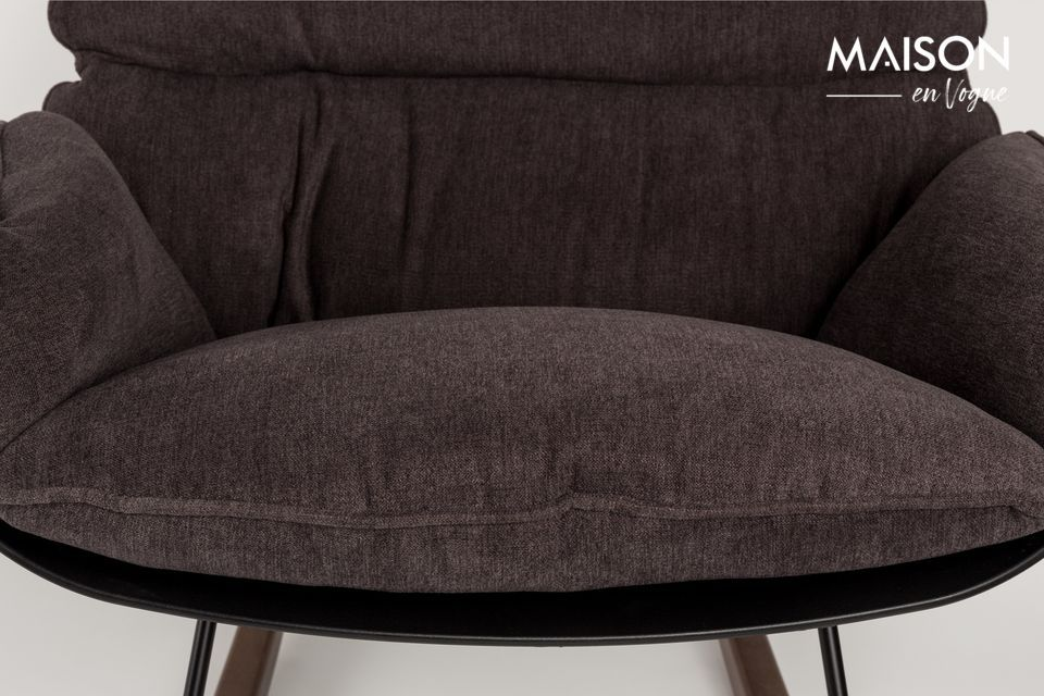 La butaca Rocky de tono oscuro diseñada por White Label Living es un modelo muy cómodo