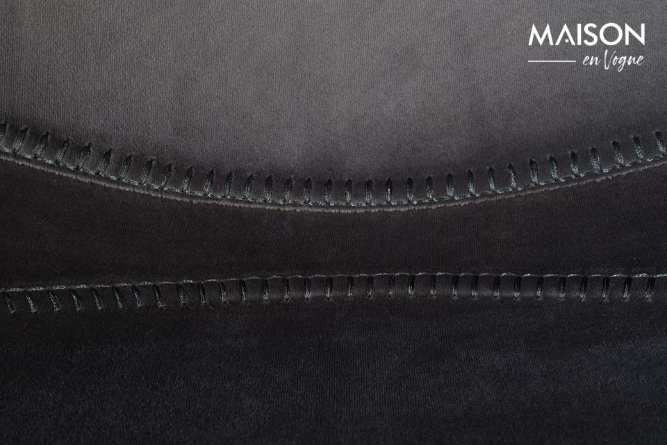 El asiento y el respaldo son uno bajo su delicada envoltura de terciopelo gris brillante