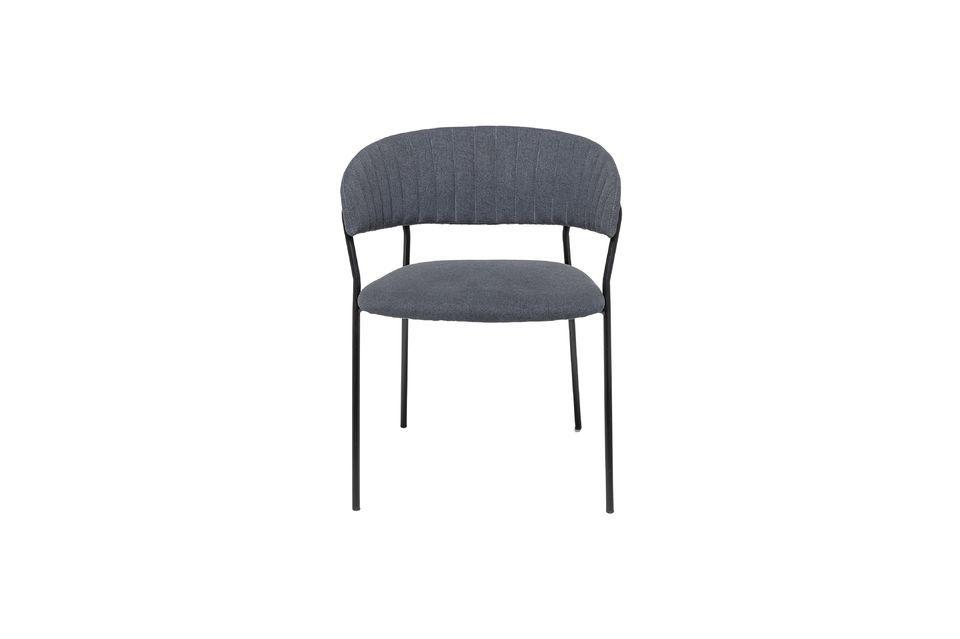 Una silla con un asiento tapizado de estilo nórdico
