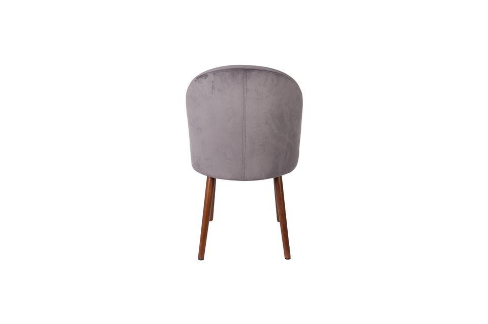 El terciopelo gris ligeramente satinado y sus exquisitas formas la convierten en una silla muy
