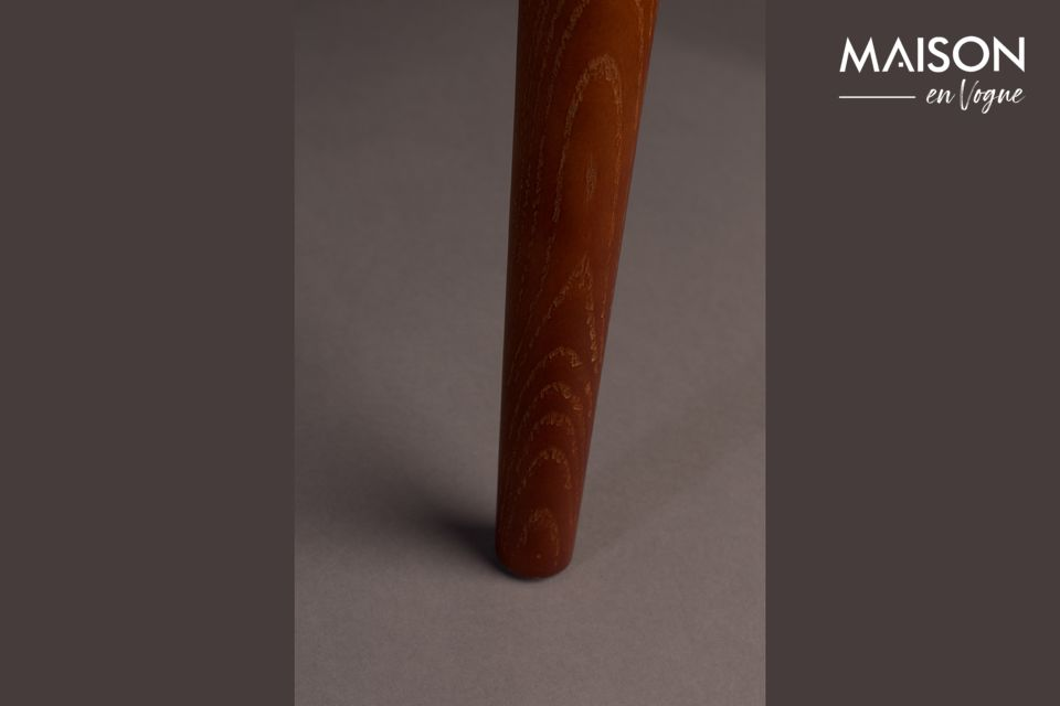 Esta silla está inspirada en el estilo colonial y tiene una silueta muy elegante