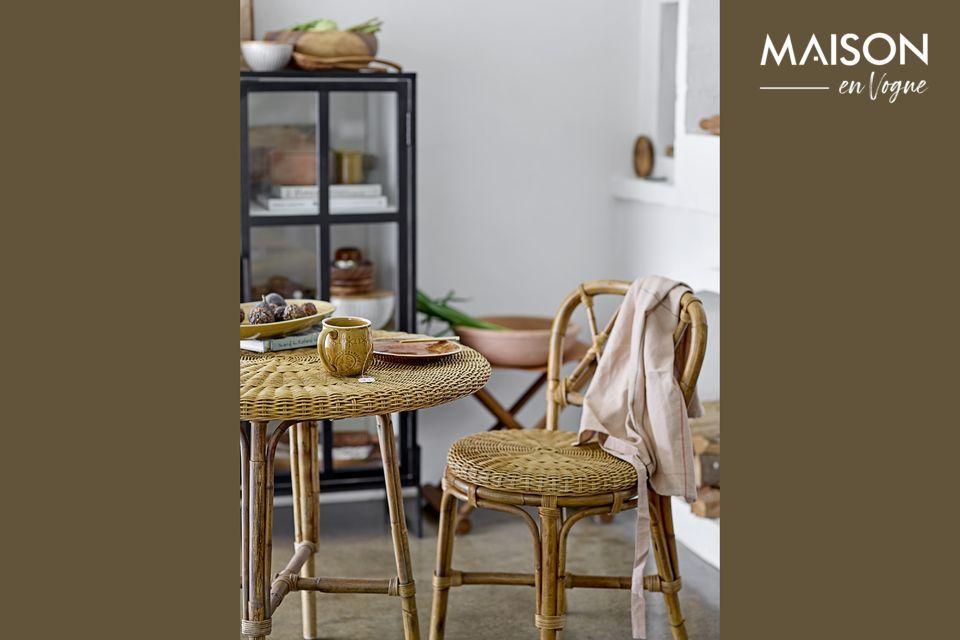 Una silla de ratán con un delicioso encanto retro