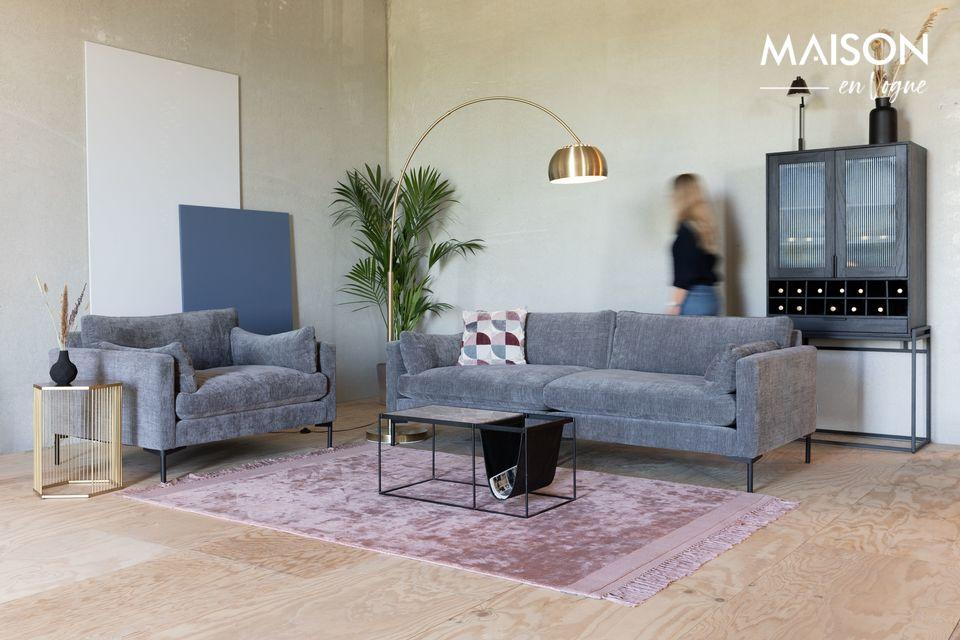 Un pequeño, robusto y cómodo sofá