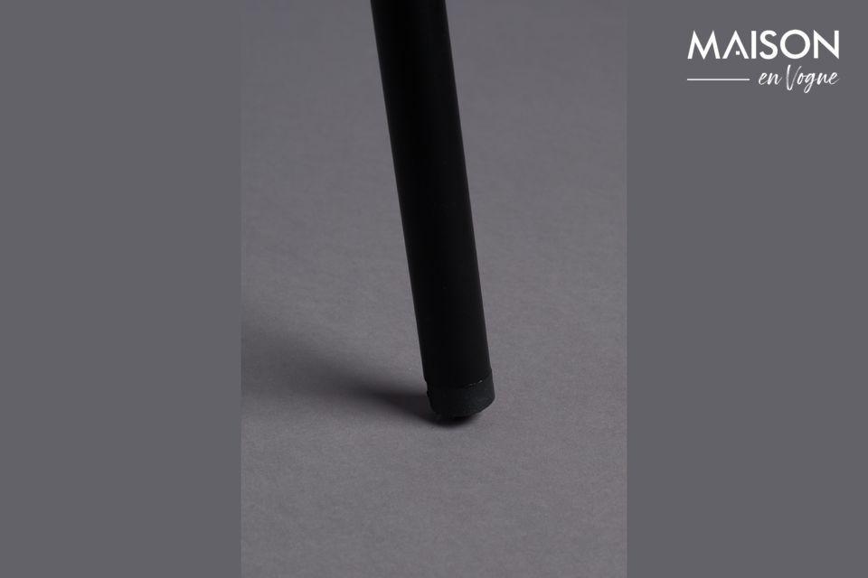 La estructura de metal negro es delgada, en un estilo muy elegante