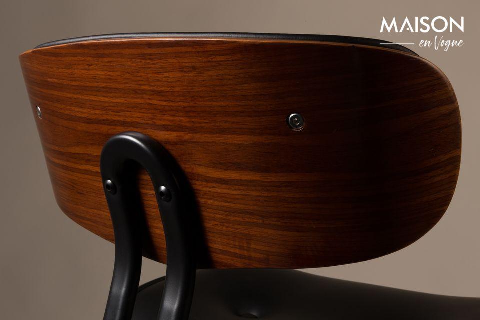 Las patas y la base del asiento son de madera laminada con chapa de nogal