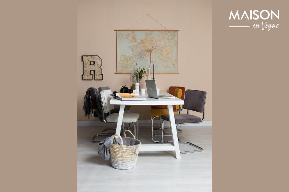 Esta silla Ridge Rib Blue 12A combina el respaldo y el asiento de tela acanalada con ribetes y patas