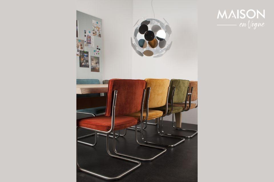 Una silla contemporánea que combina tejido acanalado y estructura cromada.