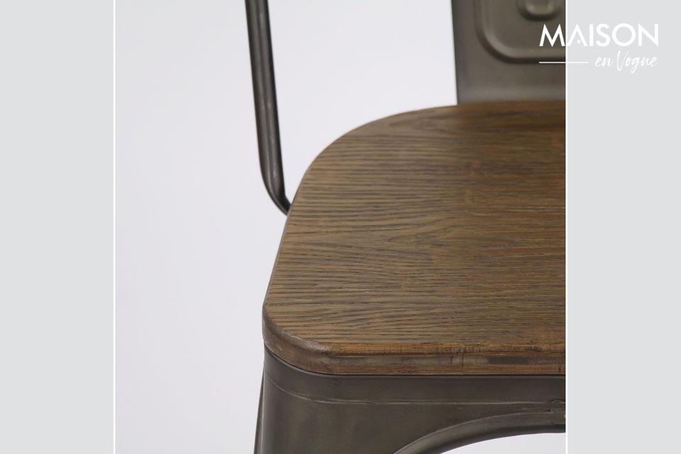 Una silla que combina metal y materia vegetal