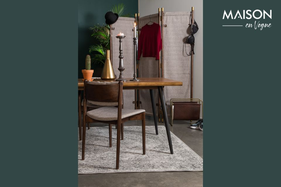 Su delgada y elegante silueta lo convierte en un accesorio ideal para complementar una mesa de
