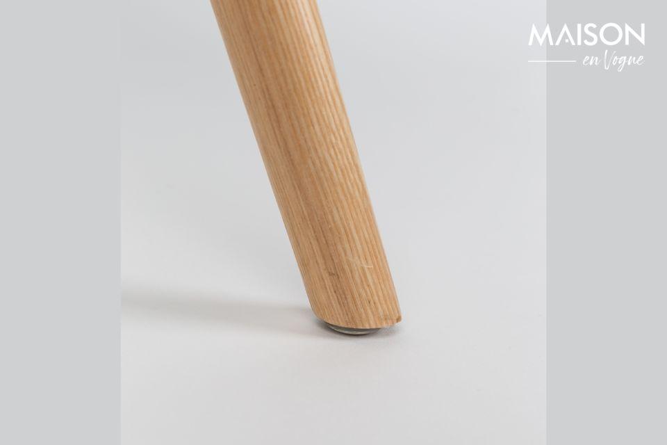 Esta arquitectura tradicional se combina con un asiento de plástico envolvente cubierto con un