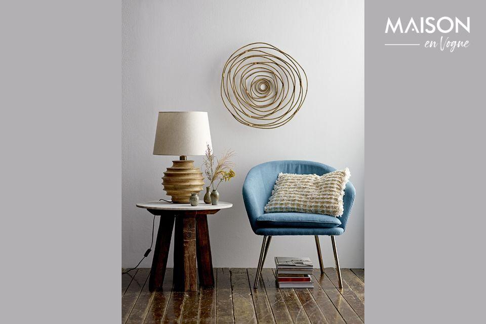 Un sillón con una línea redondeada sobre una base dorada