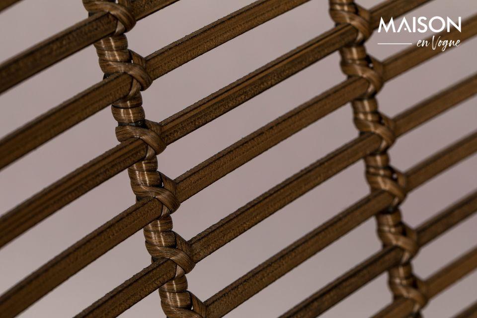 La estructura es de hierro lacado negro, al igual que las patas, que se unen con una x