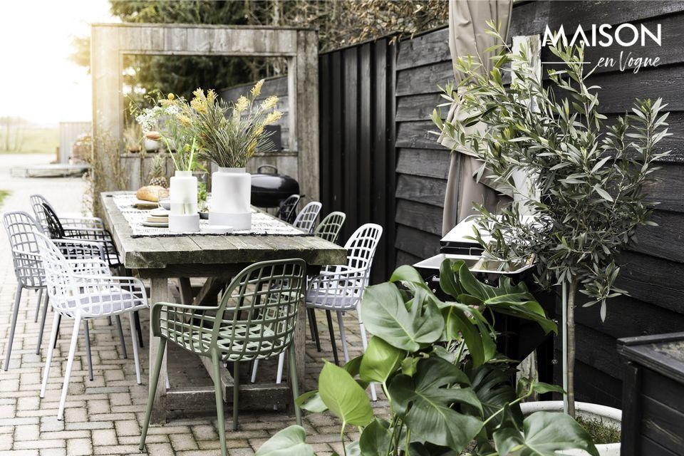Opte por el estilo y la comodidad en su jardín con esta silla de exterior en aluminio negro con