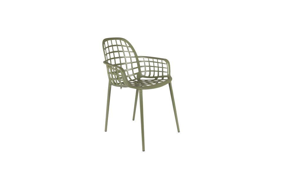 Su marco de aluminio permite apilar hasta cuatro sillas