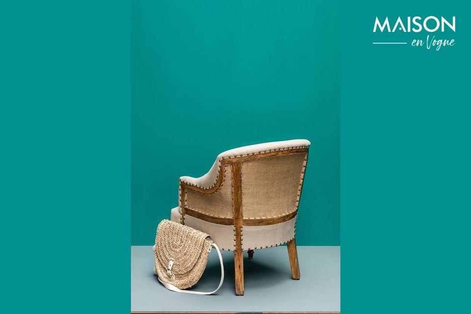 Hecho de lino y yute, este cómodo sillón descansa sobre patas de madera de mango