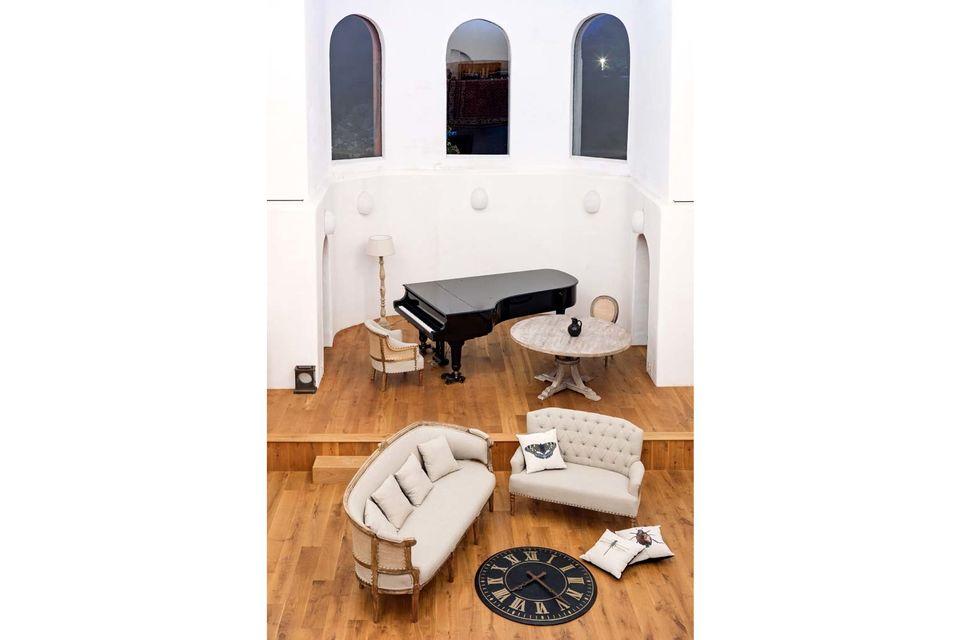 Apreciará su respaldo tapizado que añade un toque de autenticidad y encanto a esta habitación