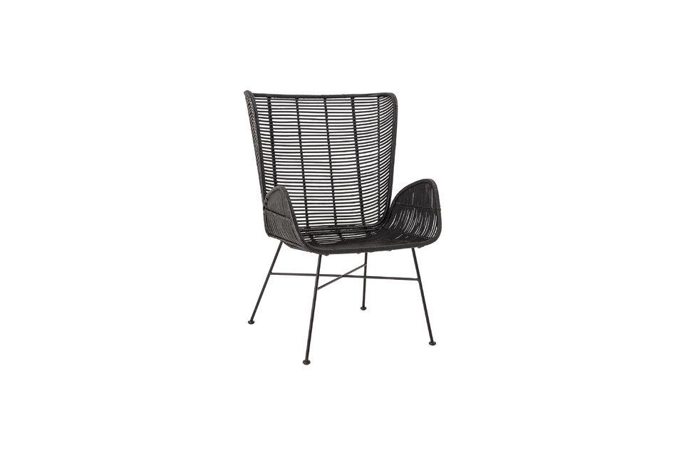 Un elegante sillón de ratán con un amplio respaldo