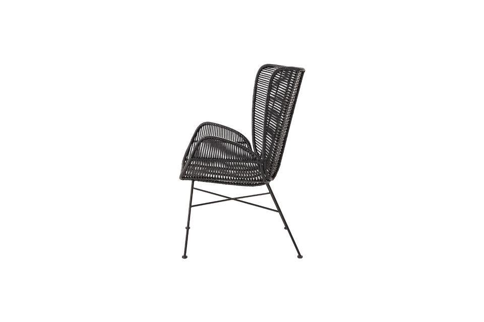 Bloomingville presenta un sillón de mimbre negro sólidamente fijado sobre una base de hierro
