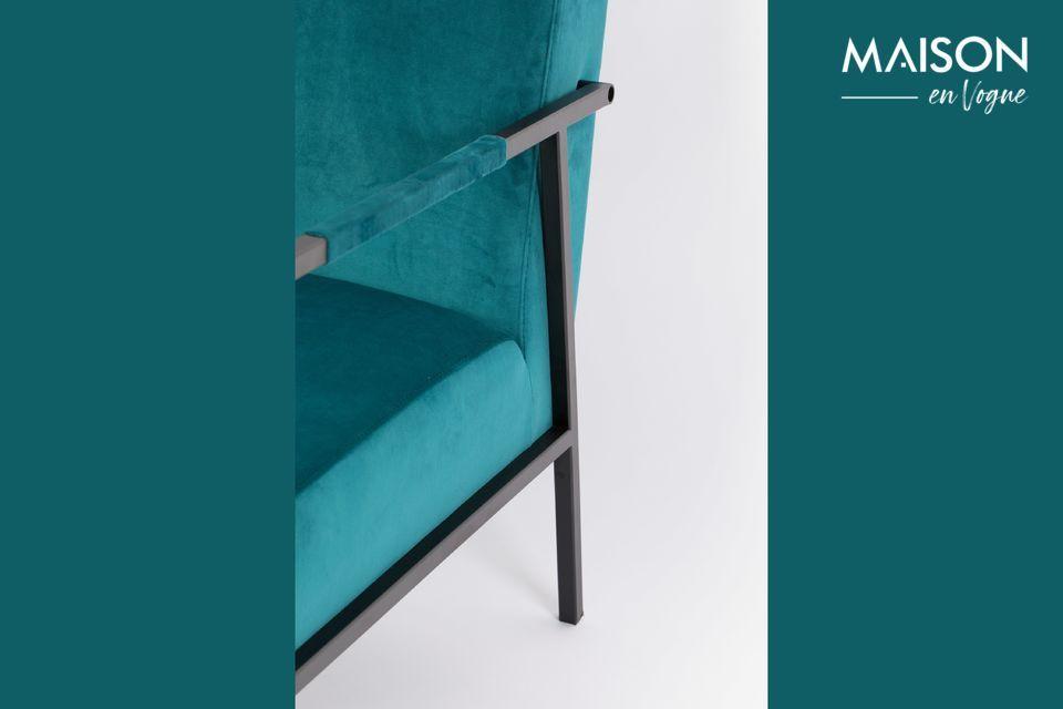 Un marco de metal negro en un lado, un asiento y respaldo generosamente tapizados en el otro