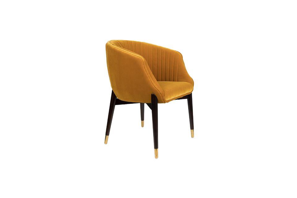 El detalle de los tapones de latón dorado y la costura de diseño en el respaldo son llamativos