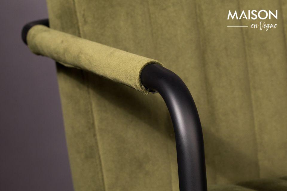Su diseño es tal que puede ser fácilmente almacenado bajo una mesa