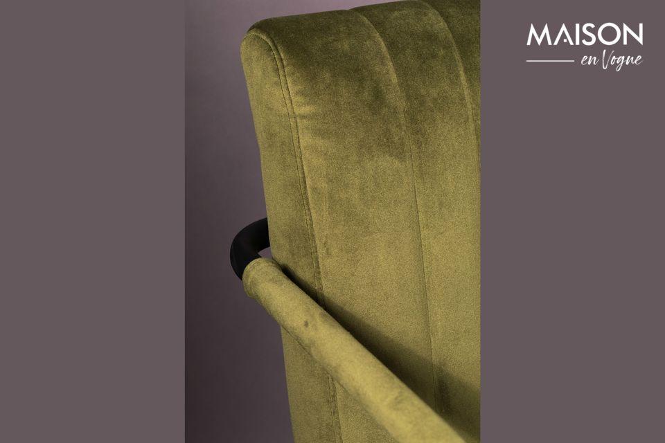 La base hecha de discretos tubos de metal negro continúa en el apoyabrazos y detrás del respaldo