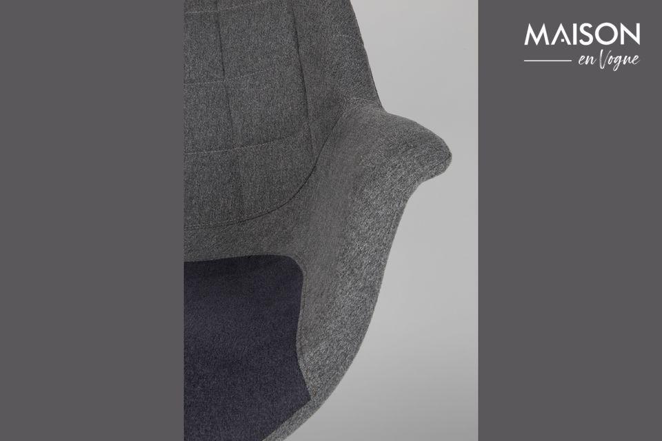 Su asiento de tela combina un gris claro clásico con un azul teñido de púrpura para un toque
