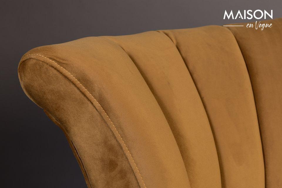 La tapicería está hecha de poliéster que imita el terciopelo en un hermoso color marrón dorado