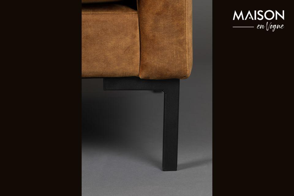El marco está hecho de un conjunto de diferentes maderas y las patas son de acero lacado negro
