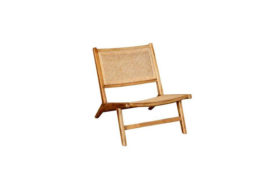 Un sillón todo de mimbre con un estilo de compañero