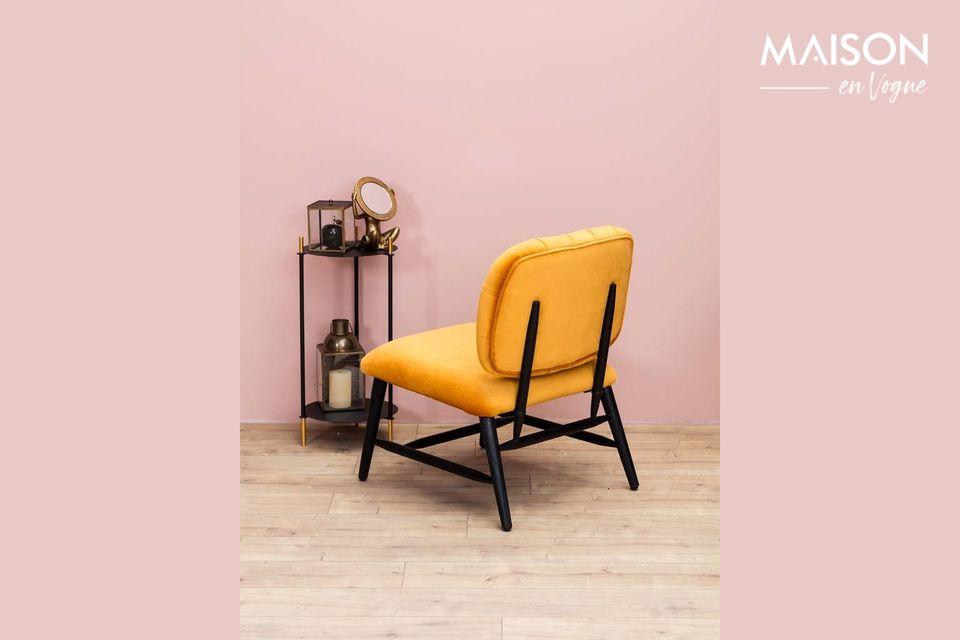 Apreciará el aspecto aterciopelado de este sillón y su respaldo acolchado que lo convierten en un