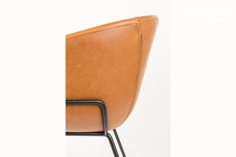 Este sillón de cuero PU marrón de Zuiver es, de hecho, mucho más versátil