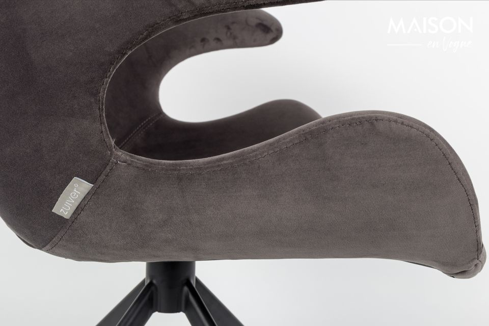 Su marco de acero negro se extiende por un respaldo con una arquitectura contemporánea disponible