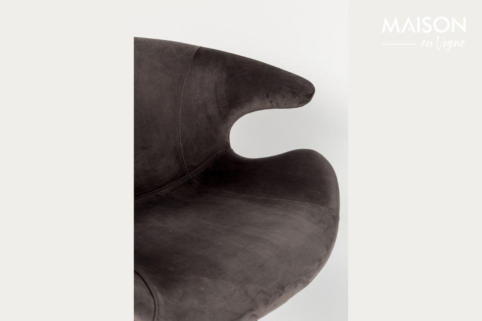 Este diseño muy moderno también ofrece piernas inclinadas que terminan en puntas rectas y finas
