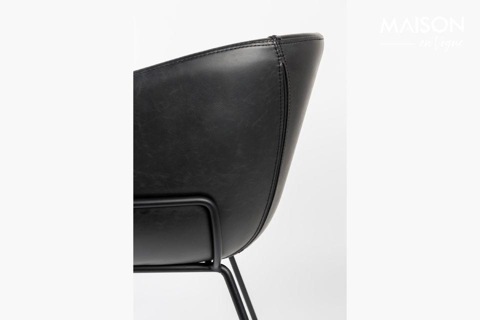 Su marco de acero negro se extiende a lo largo de los lados del asiento para sostener un asiento de